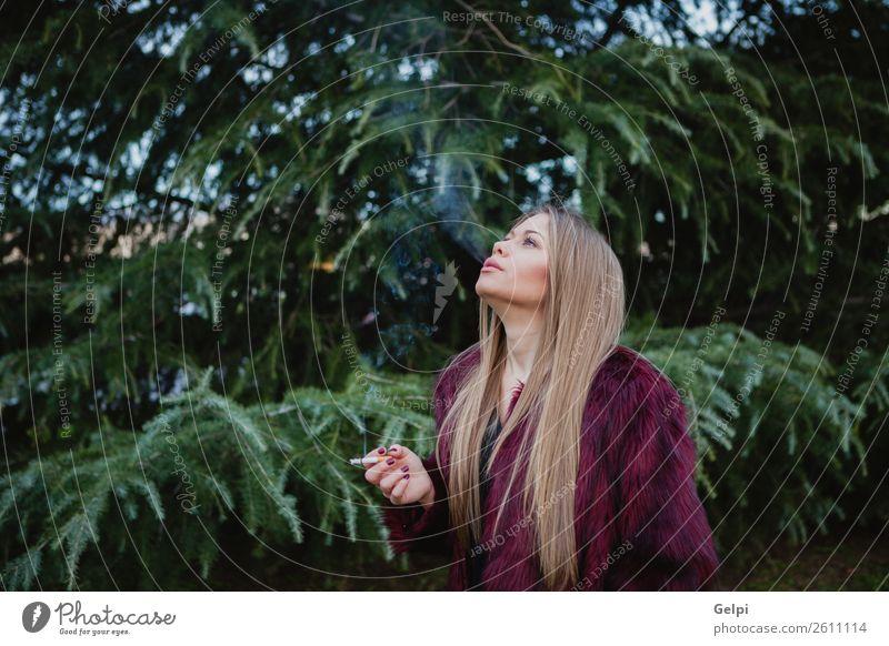 Frau Mensch Natur schön weiß Freude Gesicht Lifestyle Erwachsene natürlich Glück Stil Gras Mode Park elegant