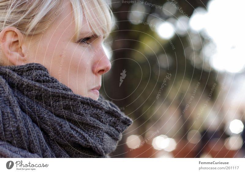 Watching you. Freizeit & Hobby feminin Junge Frau Jugendliche Erwachsene Kopf Ohr 1 Mensch 18-30 Jahre Neugier Stress kalt Kommunizieren beobachten Blick