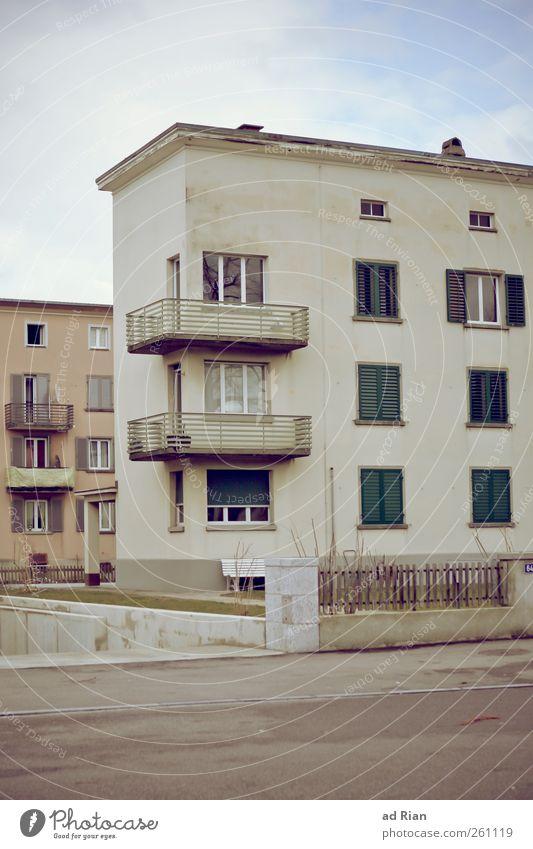 Wohn(t)raum Wolken Menschenleer Haus Gebäude Architektur Mauer Wand Fassade Balkon Fenster Armut trist Stadt Menschlichkeit Vergangenheit Häusliches Leben