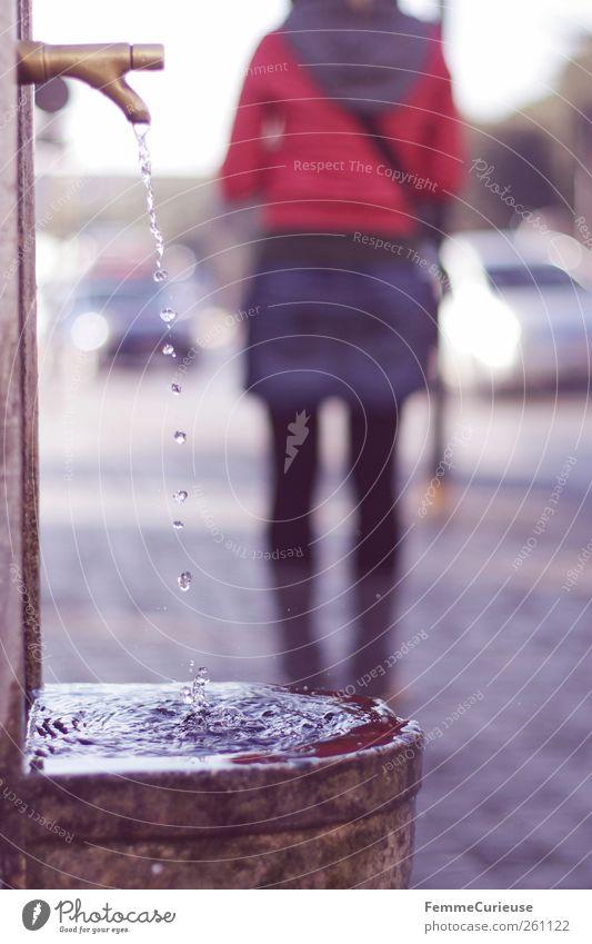 Still waiting. Mensch Frau Jugendliche Wasser Stadt Erwachsene Erholung Straße Beine Rücken Freizeit & Hobby warten Wassertropfen stehen 18-30 Jahre Junge Frau