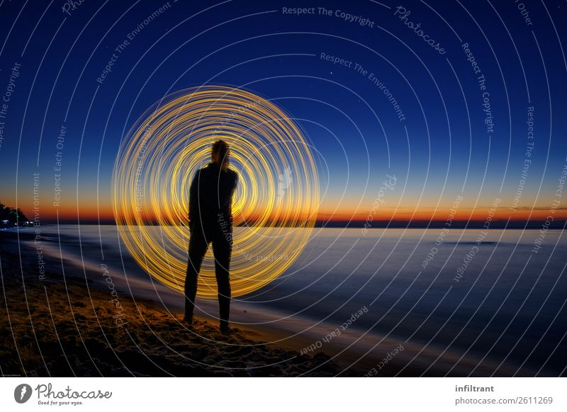 Lichtspiele am Strand Meer 1 Mensch Linie Streifen Bewegung drehen leuchten stehen rund blau gelb schwarz ästhetisch Horizont Kreativität Kunst Surrealismus