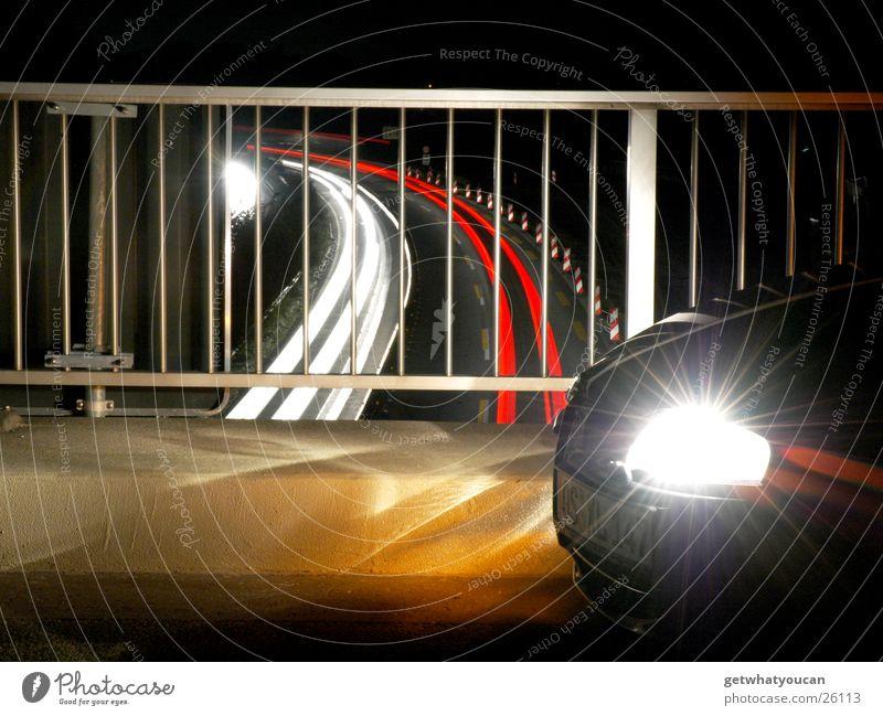 Kreuz und Quer das Lichtermeer Teil1 Autobahn dunkel rot weiß Nacht Ecke Langzeitbelichtung Geschwindigkeit Schnauze Verkehr PKW Geländer Angelköder hell