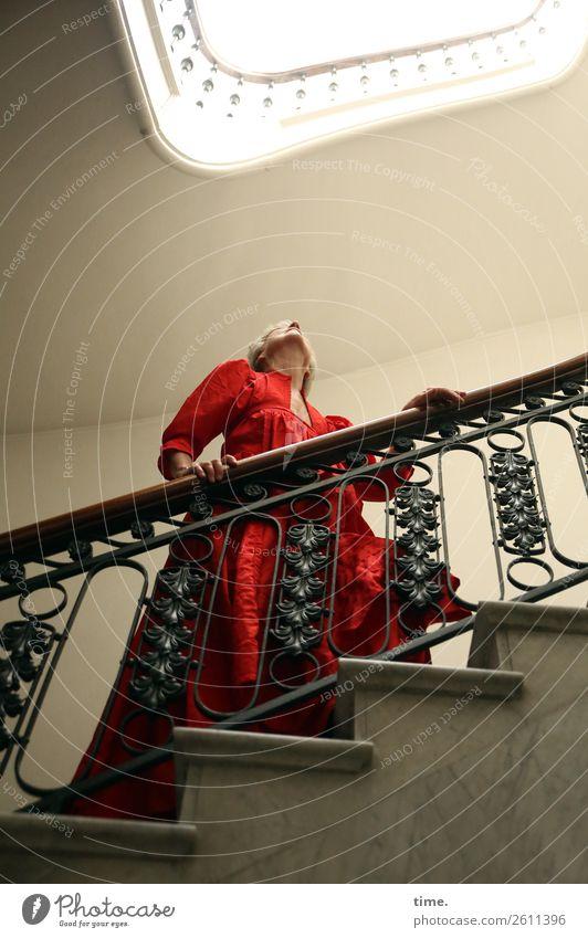 Dura Häusliches Leben Innenarchitektur Treppenhaus Treppengeländer Oberlicht feminin Frau Erwachsene Senior 1 Mensch Kleid blond kurzhaarig beobachten