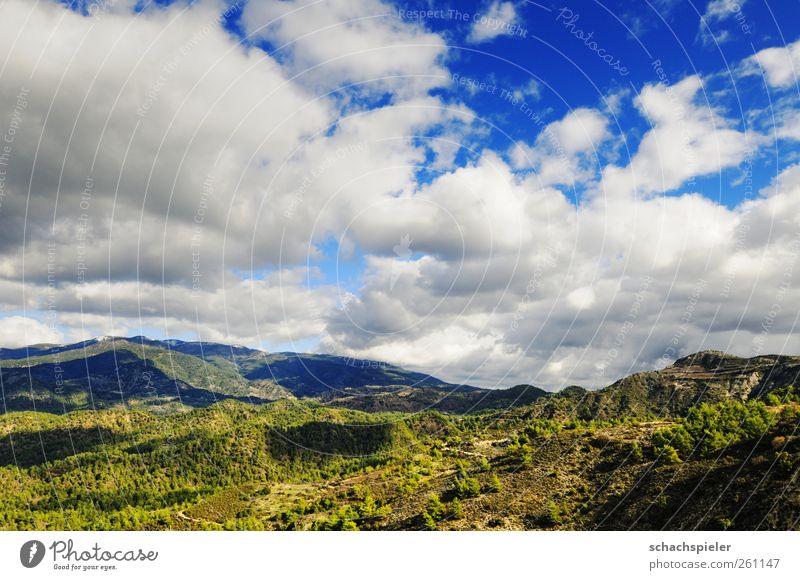 Wolken über dem Troodos / Zypern Natur Himmel Wetter Berge u. Gebirge Insel blau grün weiß Ferne Farbfoto Außenaufnahme Menschenleer Tag Licht Schatten Kontrast