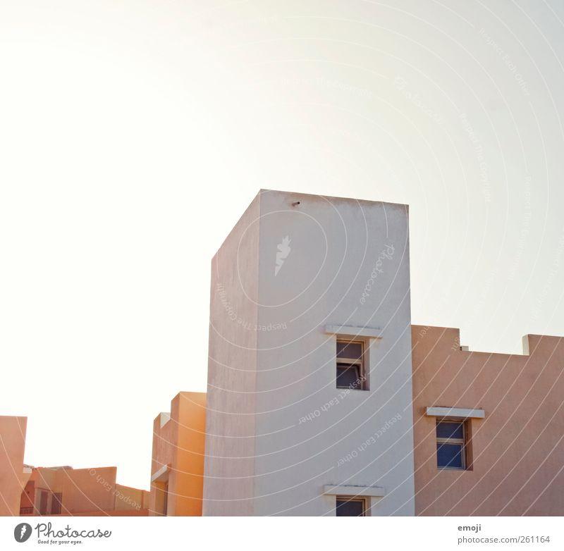 St(er)il Haus Einfamilienhaus Mauer Wand Fassade Fenster Dach hell trist Stadt steril einfach Farbfoto Außenaufnahme Menschenleer Textfreiraum oben