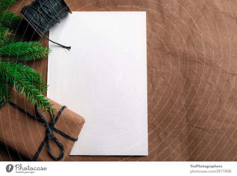 Geschenk mit Tannenzweig und leerem weißem Papier Feste & Feiern Erntedankfest Weihnachten & Advent Geburtstag Leder retro braun obere Ansicht Hintergrund