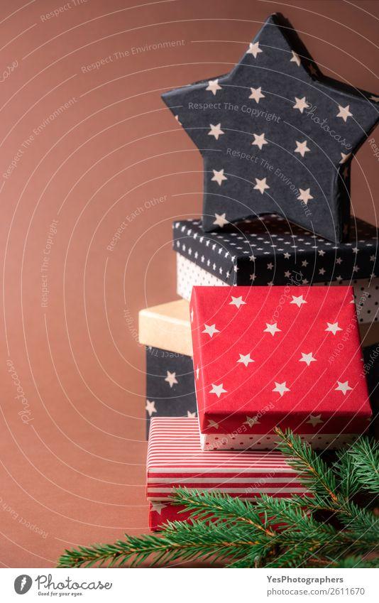 Sternenförmiges Geschenk auf einem Haufen bunter Geschenke Dekoration & Verzierung Feste & Feiern Weihnachten & Advent Geburtstag außergewöhnlich rot schwarz
