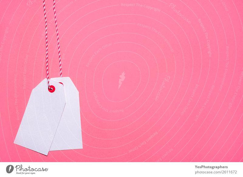 Unbeschriebene weiße Tags auf rosa Hintergrund kaufen Weihnachten & Advent Papier verkaufen Preisschild Schwarzer Freitag blanko Entwurf Kontext Textfreiraum