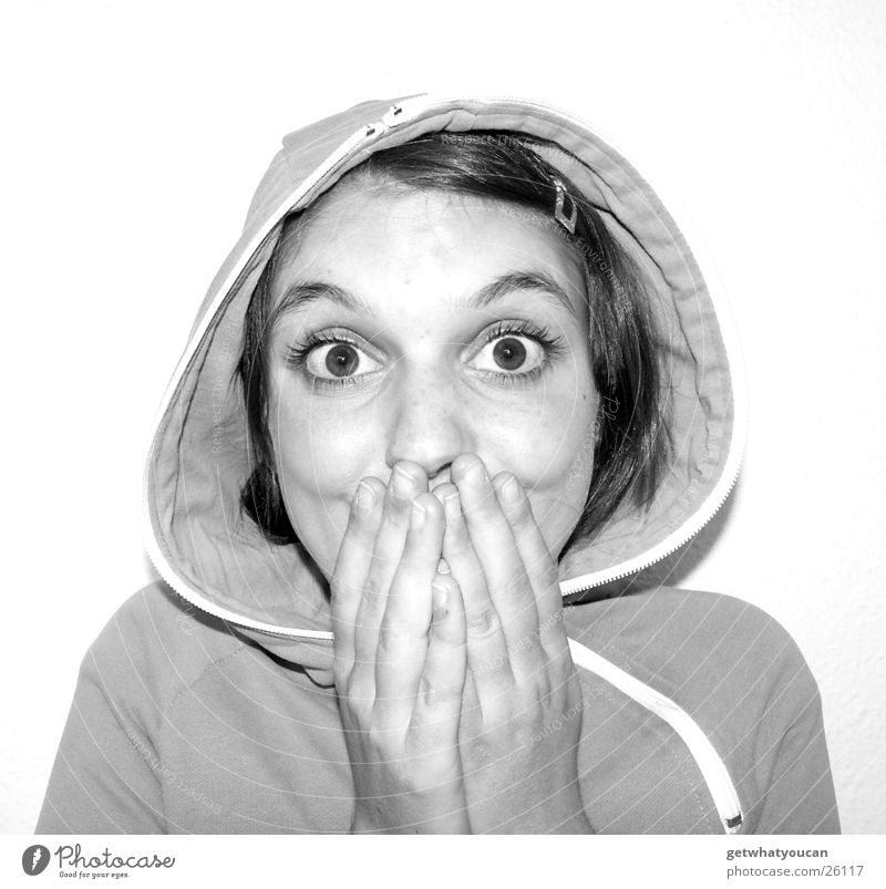 Sensefrau Kapuze Hand schön Wange aufreißen Spange Jacke Frau Schwarzweißfoto Kopf Auge Gesicht staunen Haare & Frisuren hell mädchenhaft Junge Frau 13-18 Jahre