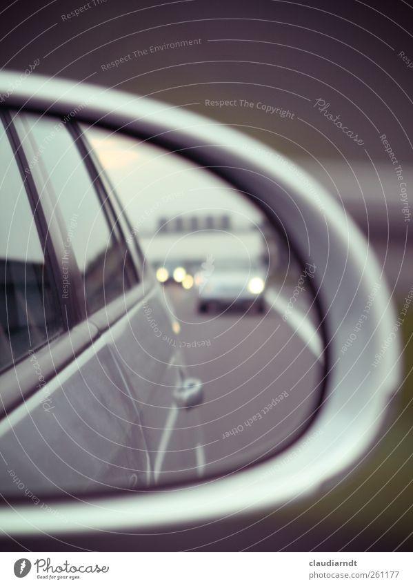 Rückblick Ferien & Urlaub & Reisen Straße PKW Autofenster Autotür fahren Spiegel Autobahn Verkehrswege Autofahren Erinnerung Scheinwerfer Straßenverkehr rückwärts Verkehrsmittel Autoscheinwerfer