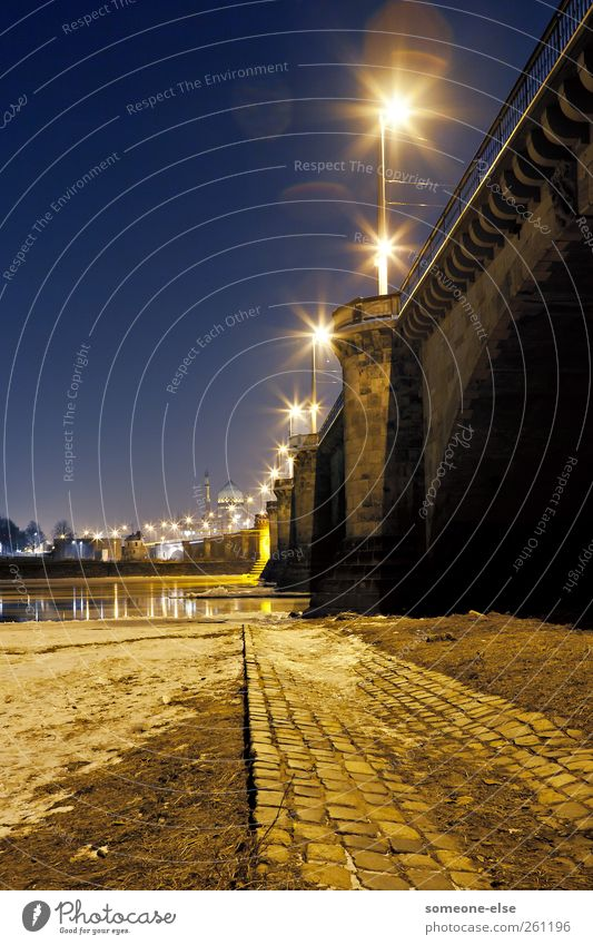 Straße des Lichts Stadt Menschenleer Brücke Architektur Verkehr außergewöhnlich blau gelb Farbfoto Außenaufnahme Nacht Kunstlicht Schatten Lichterscheinung
