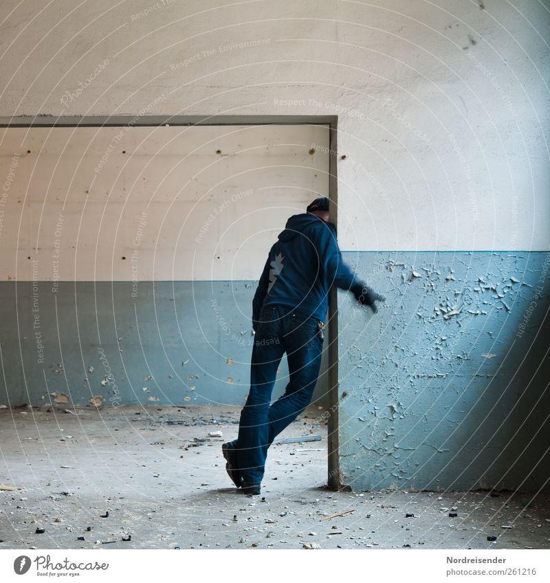 Verräter Mensch Mann blau weiß Erwachsene Wand sprechen Mauer Architektur Linie maskulin Tür Lifestyle Kommunizieren Zeichen geheimnisvoll