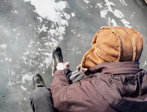 startbereit... Mensch Mann Natur weiß Winter Erwachsene Umwelt Leben Senior grau See Eis braun Freizeit & Hobby sitzen maskulin