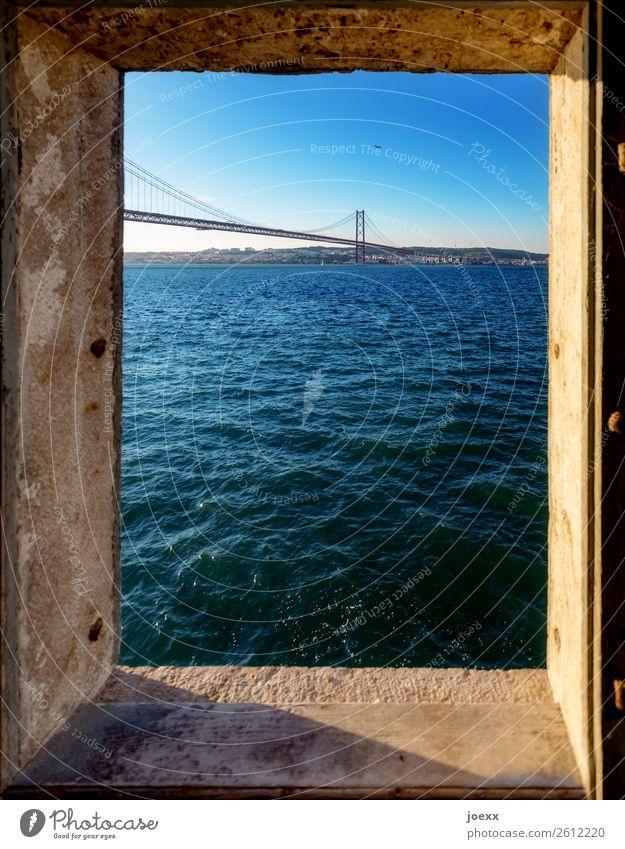 Blick durch Fenster auf Brücke Ponte Vasco da Gama über den Tajo bei Lissabon Schönes Wetter Sehenswürdigkeit Tejo-Brücke schön blau Farbfoto mehrfarbig