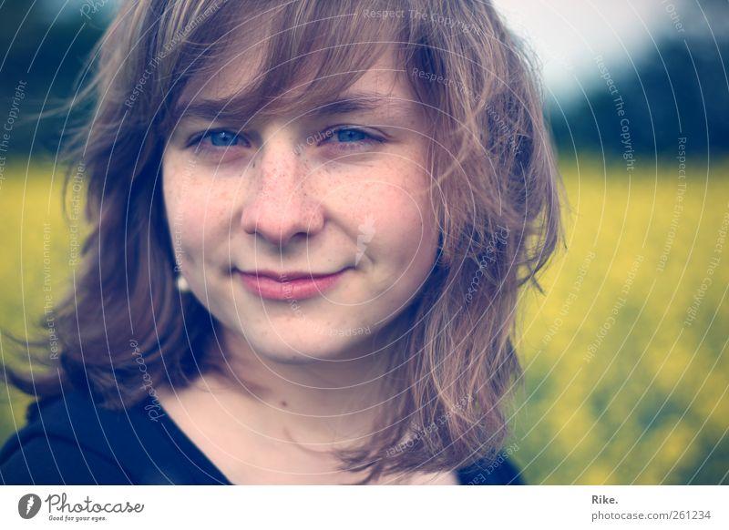 Sei glücklich. Mensch feminin Junge Frau Jugendliche Gesicht 1 18-30 Jahre Erwachsene Natur Feld Ohrringe blond langhaarig Pony Lächeln authentisch frech