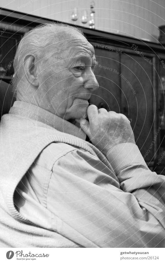 Der Weise Mann rüstig Senior Großvater Weisheit Sessel singen Schrank Hand Denken sitzen Falte Kontrast Blick nachdenken