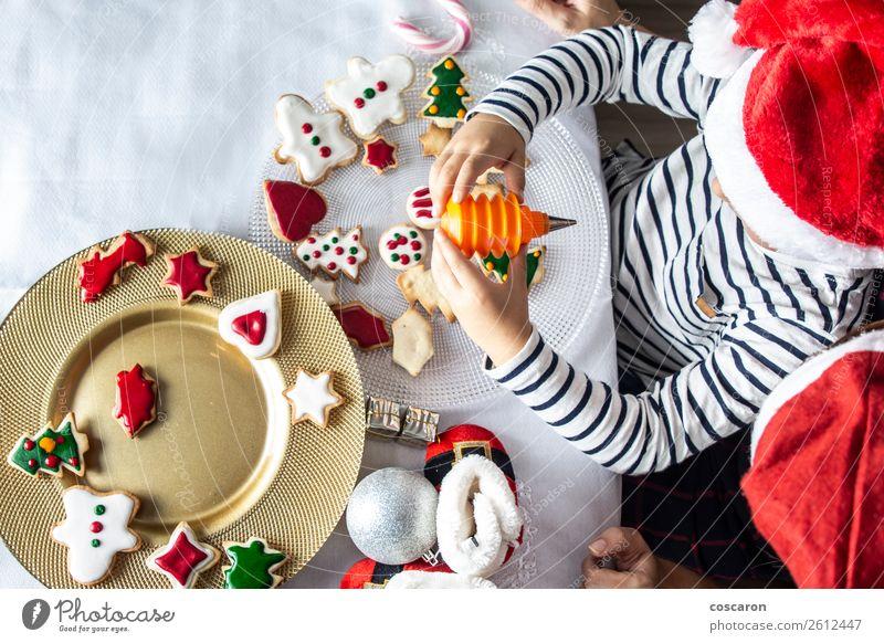 Mutter und Sohn dekorieren Weihnachtsgebäck zu Hause Kuchen Dessert Süßwaren Lifestyle Freude Glück schön Winter Dekoration & Verzierung Küche Feste & Feiern