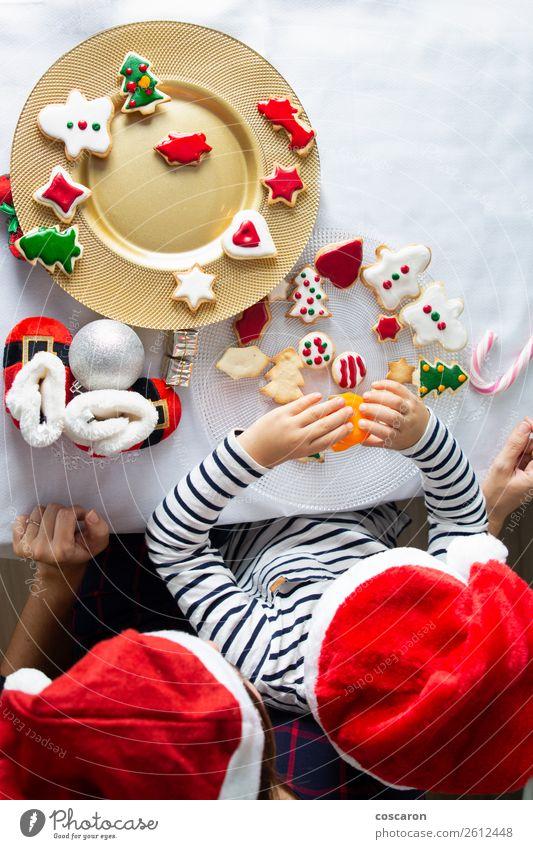 Frau Kind Mensch Weihnachten & Advent schön weiß Erholung Haus Freude Winter Lifestyle Erwachsene Familie & Verwandtschaft Glück Junge Feste & Feiern
