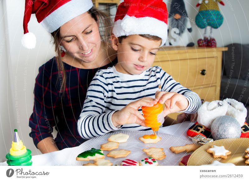 Mutter und Sohn dekorieren Weihnachtsgebäck zu Hause Lebensmittel Kuchen Dessert Süßwaren Lifestyle Freude Glück schön Winter Dekoration & Verzierung Küche