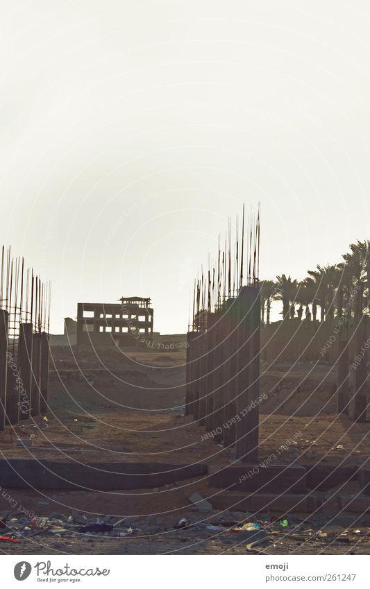 Beton I Urelemente Erde Sommer Wärme Dürre Wüste Stadtrand Armut trocken Baustelle Müll Ghetto Farbfoto Gedeckte Farben Außenaufnahme Menschenleer