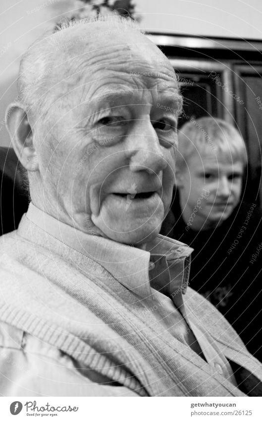 Der liebe Gott ging durch den Wald,... Mann rüstig Senior Großvater Weisheit Sessel singen Generation Schrank Enkel sitzen Falte Kontrast Blick