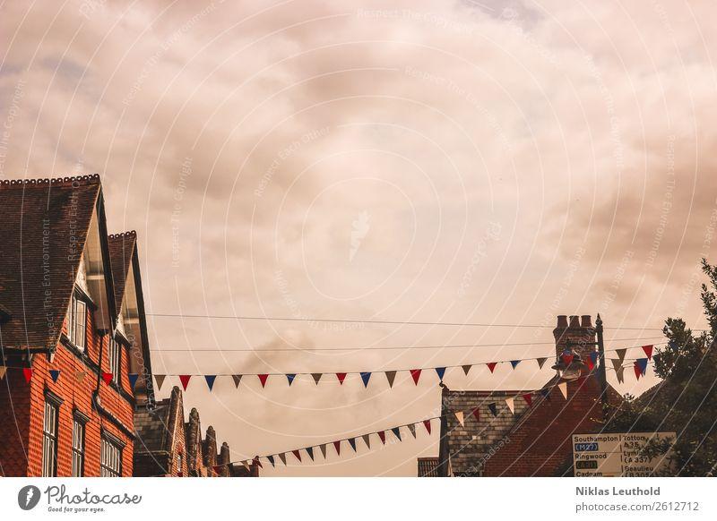 Straßenfest Freude Tourismus Städtereise Sommer Feste & Feiern Jahrmarkt Wolken Dorf Haus Gebäude Fenster Dach Verkehrszeichen Linie Schnur hängen schön Wärme