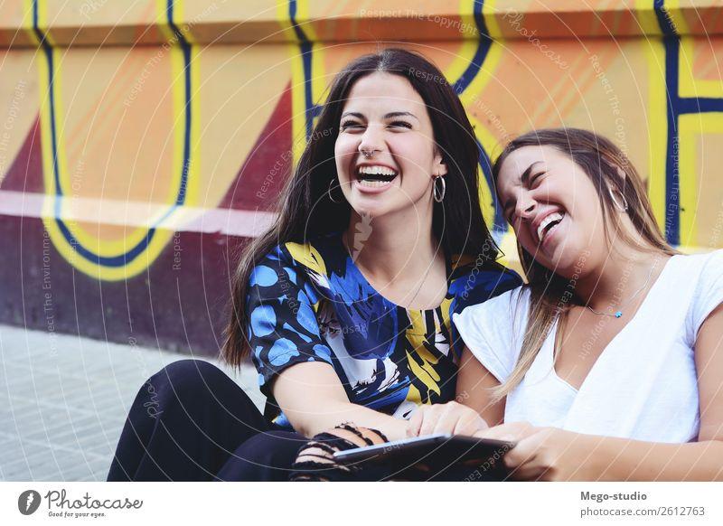 Zwei Studentinnen bereiten sich auf die Prüfungen vor. Bildungskonzept. Lifestyle Glück schön lesen Tisch Schule lernen Studium Prüfung & Examen