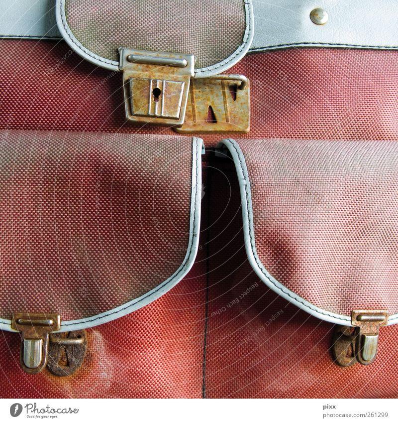 offene VerschlussSache Ausflug Verkehrsmittel Tasche Schloss alt tragen dreckig einfach einzigartig trashig rot weiß Sicherheit Mobilität Pause Vertrauen 3 Rost
