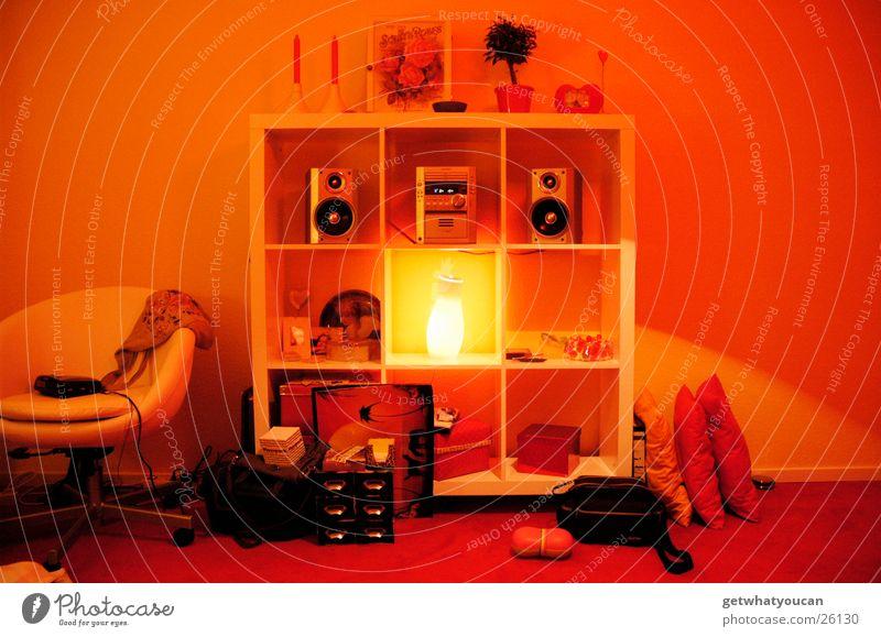 Setzkasten Regal Lampe Licht Quadrat dunkel Raum Sessel Abend Physik Teppich Wand unordentlich weiß Fächer Häusliches Leben Lichterscheinung hell Musikanlage