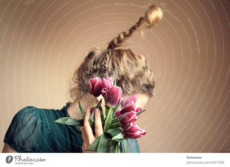 zartrosaschräg Mensch feminin Frau Erwachsene Kopf Haare & Frisuren Hand Finger 1 Pflanze Blume Tulpe Blüte Mode blond langhaarig Locken Zopf natürlich gefroren