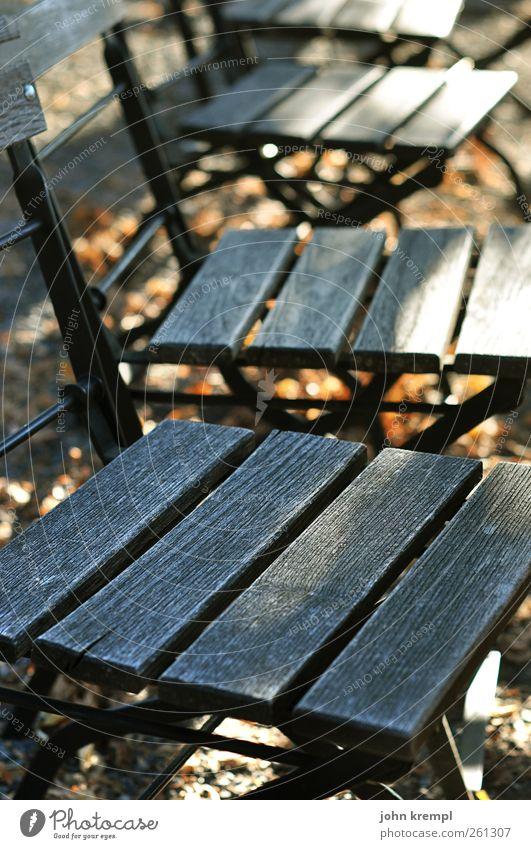 Nehmt Platz, meine Lieben alt Erholung Einsamkeit Herbst Holz grau braun Idylle warten Vergänglichkeit Wandel & Veränderung Stuhl Frieden Dienstleistungsgewerbe