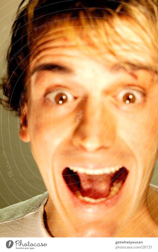Zum Schreien Mann Gesicht Auge dunkel Kopf Mund braun hell Angst Zähne nah schreien Publikum Panik Eile Haarsträhne