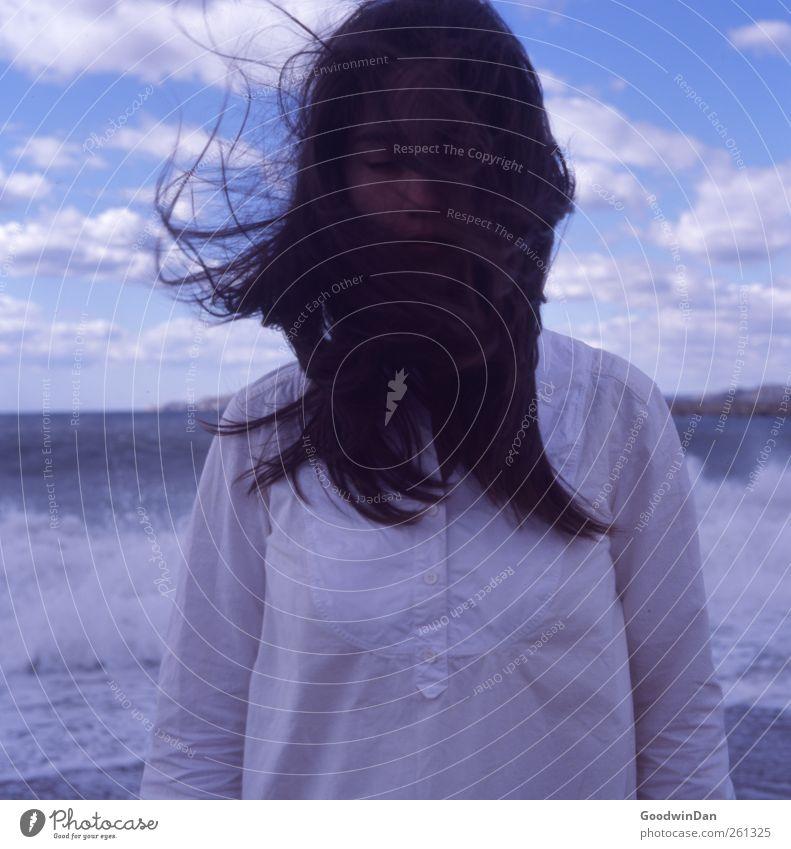 Wind. Mensch feminin Junge Frau Jugendliche Erwachsene 1 Umwelt Natur Urelemente Wasser Himmel Wolken Herbst Wetter Schönes Wetter Wellen Küste Meer Denken