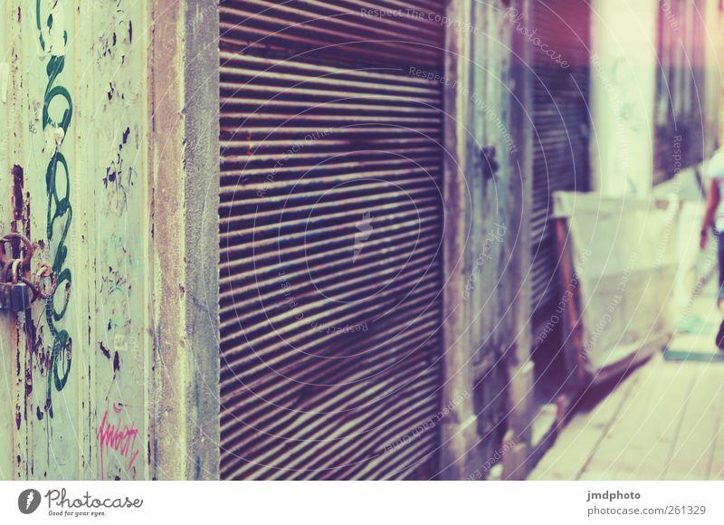 Geschlossen Stadt Sommer Einsamkeit Leben Fassade Zukunft Vergänglichkeit Pause Altstadt Reichtum Tor Ladengeschäft Unbewohnt Langeweile Sightseeing Städtereise