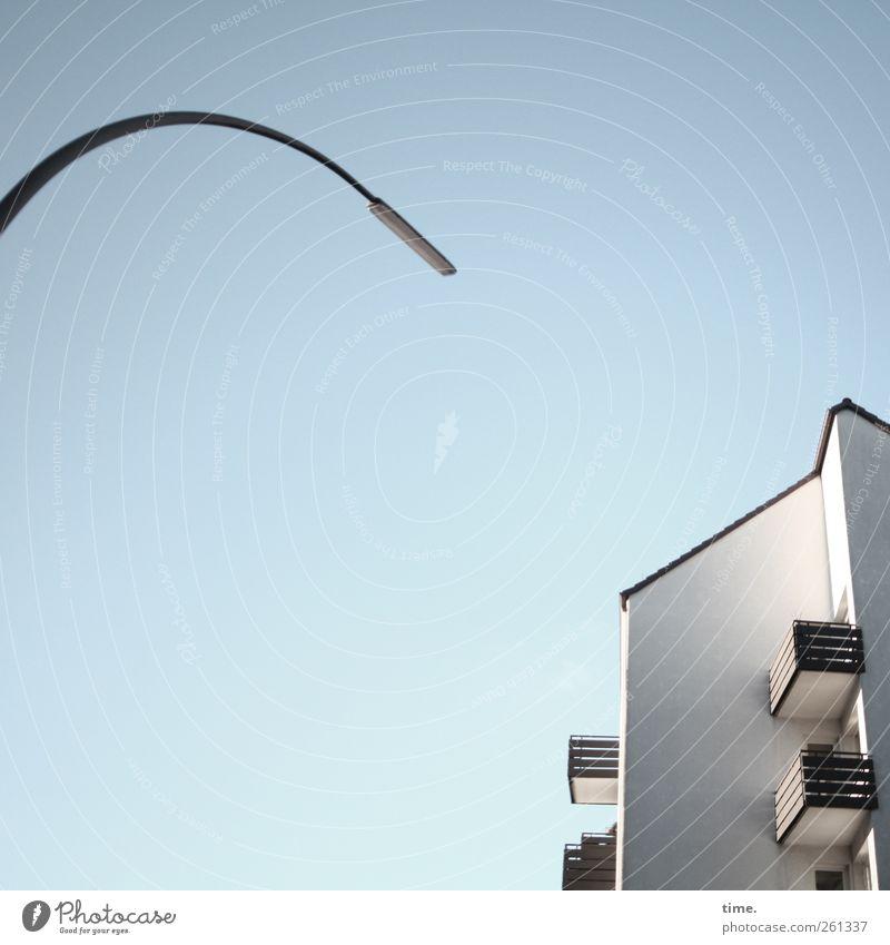 Meinungsumfrage Haus Mauer Wand Partnerschaft Balkon Straßenbeleuchtung Wohnhaus hell gekrümmt Himmel blau weiß Reihenhaus Gebäude Architektur Idylle Farbfoto