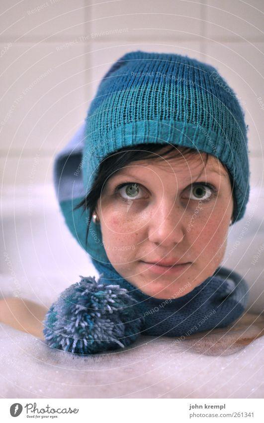 Gefreutruhe feminin Junge Frau Jugendliche Gesicht 1 Mensch 18-30 Jahre Erwachsene Einfamilienhaus Bad Badewanne Nikolausmütze Mütze Quaste Schwimmen & Baden