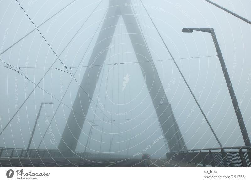 vor dem Übergang#2 schlechtes Wetter Nebel Regen Stadtrand Menschenleer Brücke Straßenbeleuchtung Wahrzeichen Verkehr Verkehrswege Metall Stahl Sehnsucht