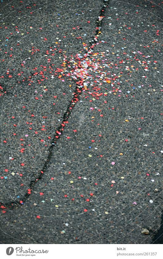 Zündschnur Freude Veranstaltung Feste & Feiern Karneval Stadt Platz Straße Wege & Pfade Papier Stein liegen dreckig dunkel kaputt unten mehrfarbig grau schwarz