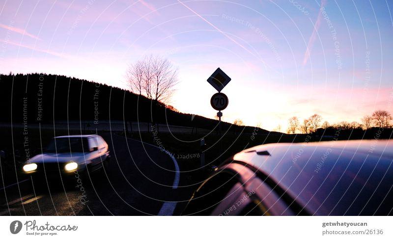 Auch Herbst kann schön sein Himmel Baum Sonne Farbe dunkel Straße kalt Wärme PKW Schilder & Markierungen Verkehr Geschwindigkeit Dach fahren Physik