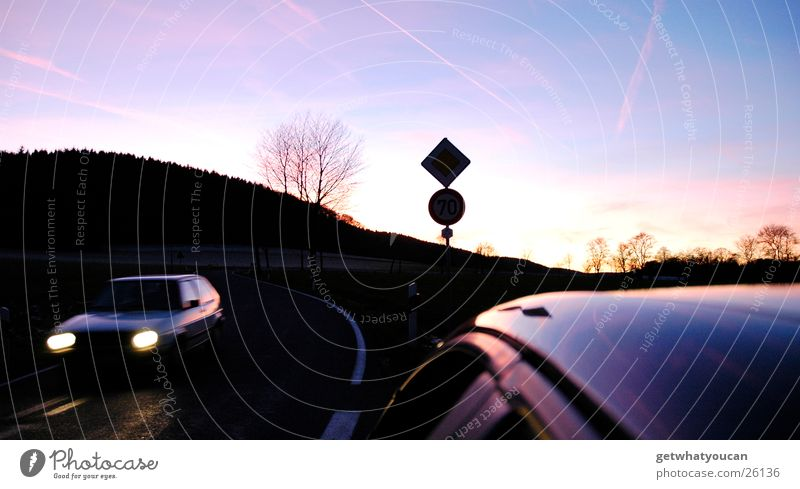 Auch Herbst kann schön sein Himmel schön Baum Sonne Farbe dunkel Straße kalt Wärme PKW Schilder & Markierungen Verkehr Geschwindigkeit Dach fahren Physik