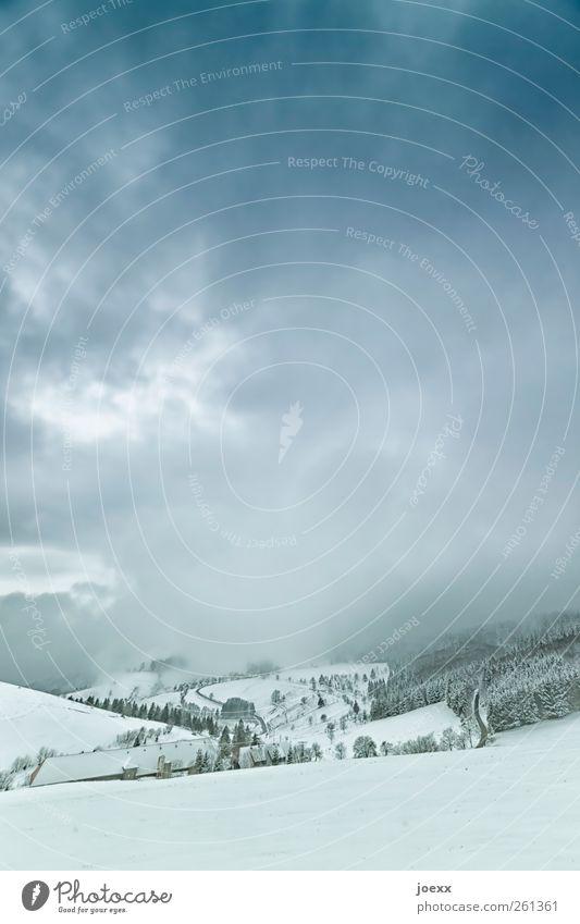Talfahrt Landschaft Himmel Wolken Winter schlechtes Wetter Schnee Wald Hügel Berge u. Gebirge Dorf dunkel kalt blau schwarz weiß Idylle Farbfoto Außenaufnahme