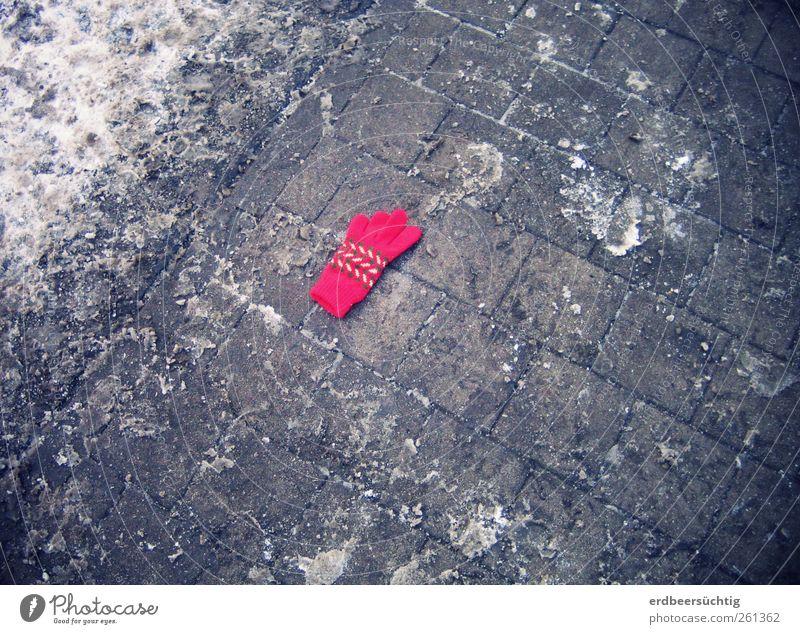 Kind, vergiss deine Handschuhe nicht! Winter Stadt Wege & Pfade Bürgersteig liegen weich grau rot Warmherzigkeit Einsamkeit verloren Schneefall kalt Kälteschutz