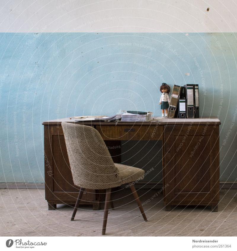 Retrospektive blau Büro Innenarchitektur braun Raum Design Tisch authentisch Dekoration & Verzierung Lifestyle retro Stuhl Schreibtisch skurril Möbel Puppe