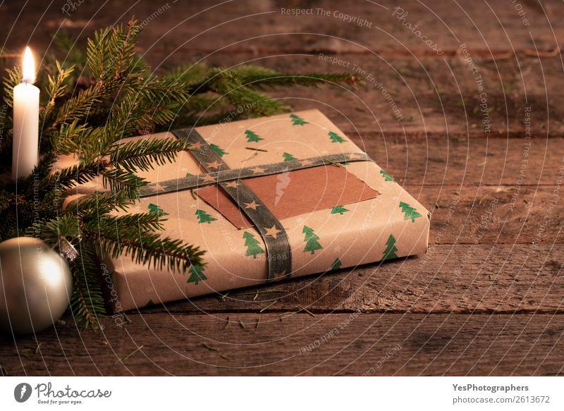 Weihnachtsgeschenk auf rustikalem Tisch bei Kerzenschein Dekoration & Verzierung Feste & Feiern Weihnachten & Advent Silvester u. Neujahr grün Tradition
