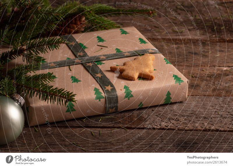 Weihnachtsbaum-Keks auf einem Geschenk Dessert Dekoration & Verzierung Feste & Feiern Weihnachten & Advent Silvester u. Neujahr Tradition Weihnachtskugeln