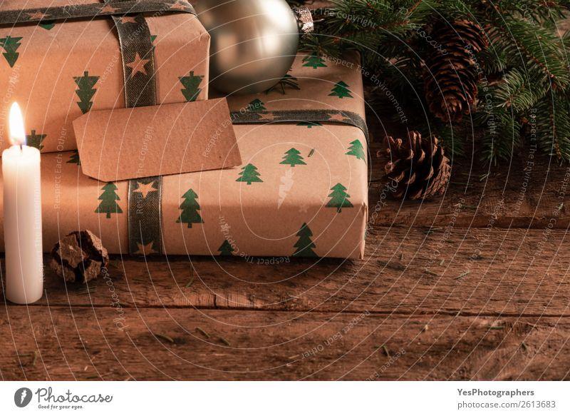 Präsentiert mit einem leeren Tag bei Kerzenschein. Winter Dekoration & Verzierung Weihnachten & Advent Silvester u. Neujahr Ornament braun grün Tradition