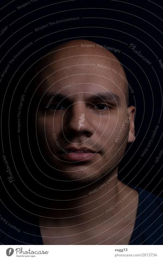 Porträt eines Mannes mit rasiertem Kopf Körper Haare & Frisuren Haut Gesicht Behandlung Spiegel Mensch Erwachsene Hand Glatze Fröhlichkeit frisch weiß Aussicht