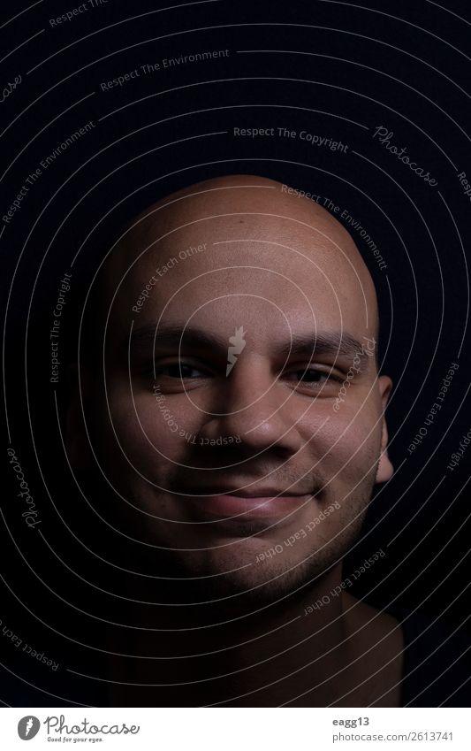 Porträt des kahlen Mannes Lifestyle Stil Körper Haare & Frisuren Haut Gesicht Behandlung Spiegel Mensch maskulin Junger Mann Jugendliche Erwachsene Leben Kopf
