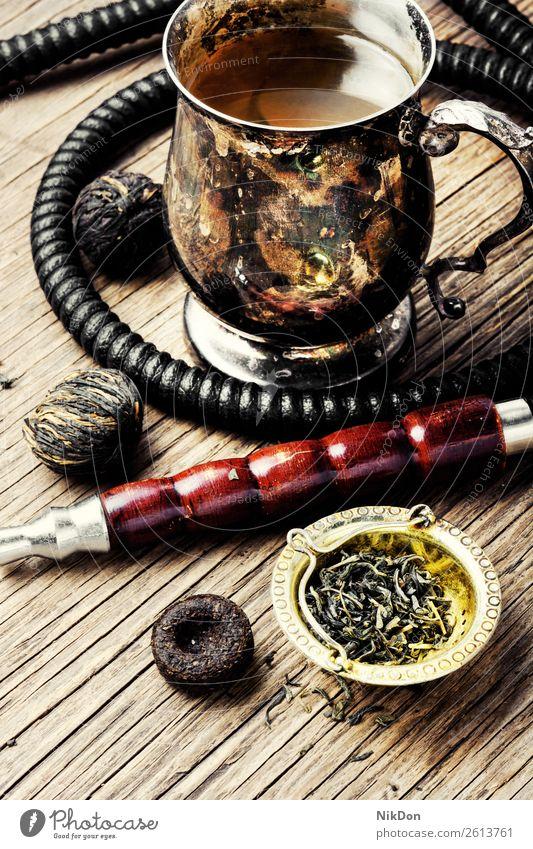 Wasserpfeife mit Aromatee Wasserpfeifenrauch shisha Tee Rauchen Tabak nargile Nikotin Osten Erholung Frucht arabisch Mundstück Röhren duftig retro altehrwürdig