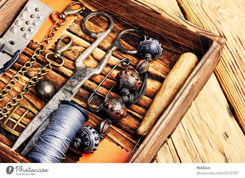 Retro-Schmuck und Retro-Werkzeuge Bijouterie handgefertigt retro altehrwürdig Handwerk Halskette Hobby anketten Design Schaltfläche Handarbeit Mode Wulst Schere